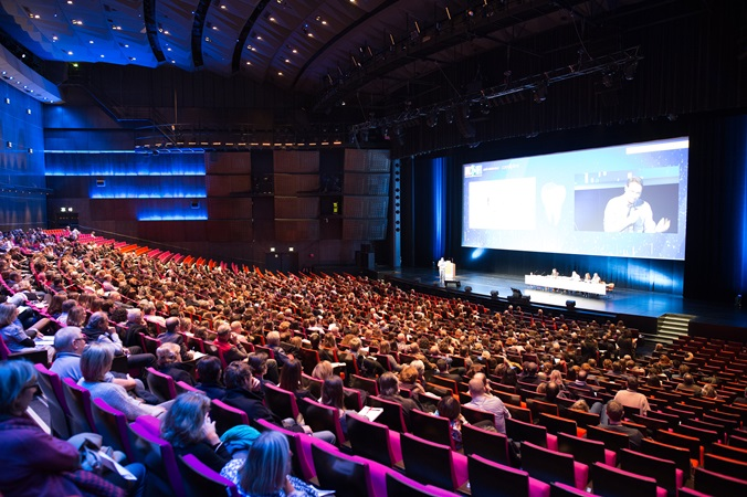 picture of a full conference room in the palais des congrès de paris