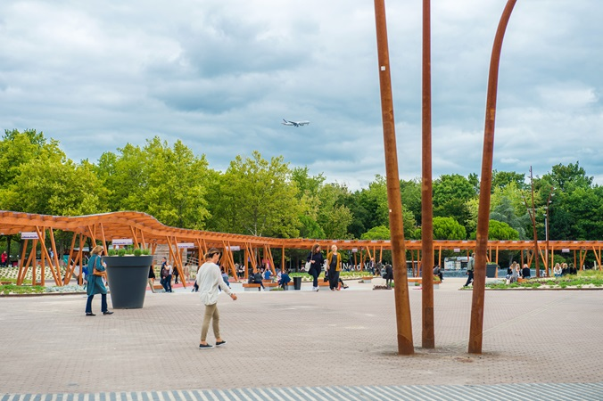 picture of the outside plaza in front of paris nord villepinte