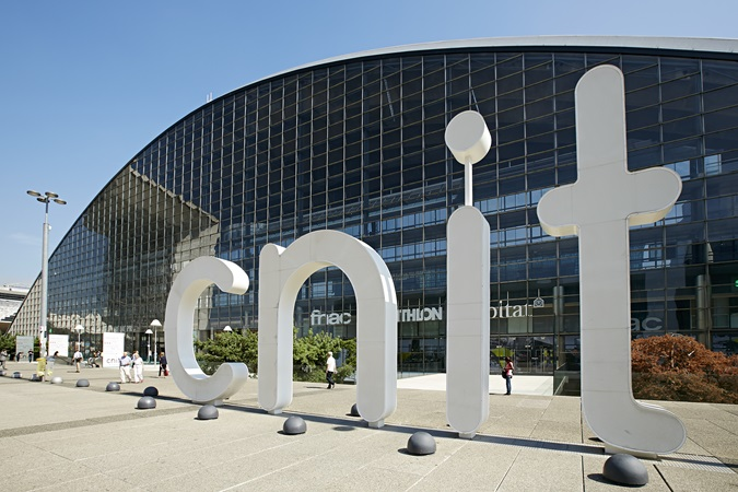 picture of the main entrance of the CNIT in La Défense business district