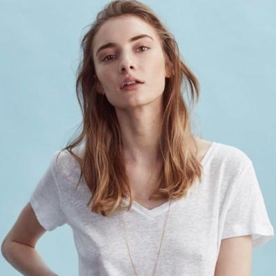 Kvinna i vit t-shirt